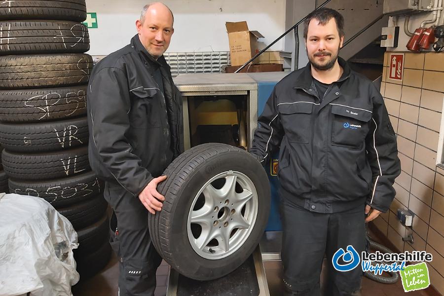 Stefan Schürmann (links) und Marvin B. (rechts) reinigen in der Kfz-Werkstatt die Reifen mit der gespendeten Waschanlage.