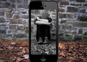 Cybermobbing-Opfer vor einer Wand