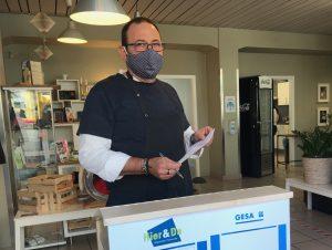 Sebastian Pafundi, pädagogischer Fachanleiter bei der GESA, begrüßt eintreffende Gäste