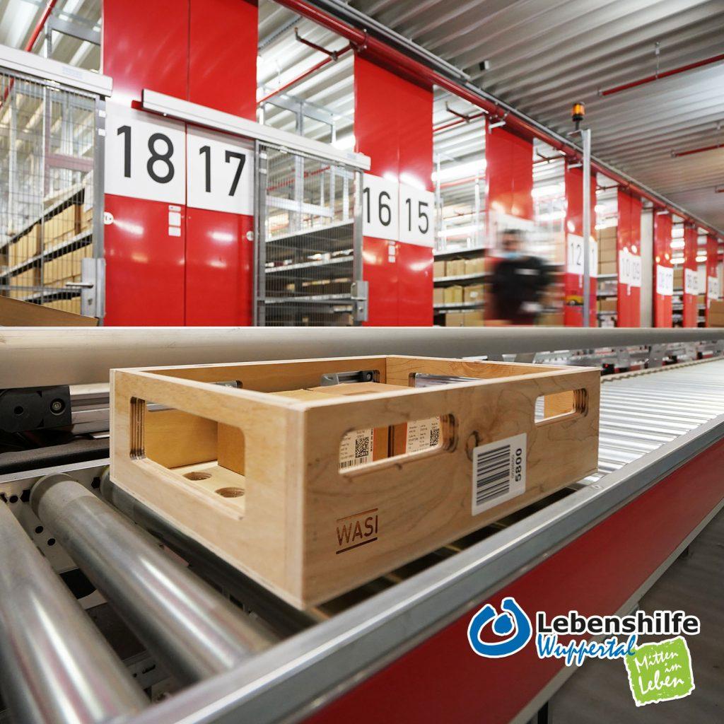 Die Transportkisten werden auf 3,5 Kilometer langen Förderbändern im Logistikzentrum der Firma WASI eingesetzt.