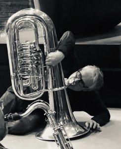 Wolfgang Suchner am Boden an der Tuba