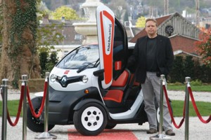 Jörg Heynkes mit dem Renault Twizy der VillaMedia.